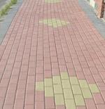 chodnik z prostokątnej kostki brukowej